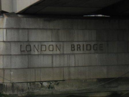 Travelinbuskers under London Bridge